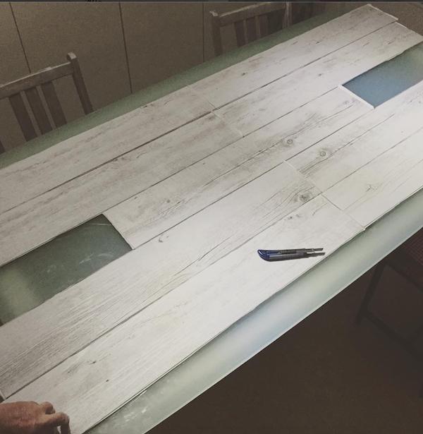 Diy mesa forrada con vinilo adhesivo mami crafter for Parquet vinilo adhesivo